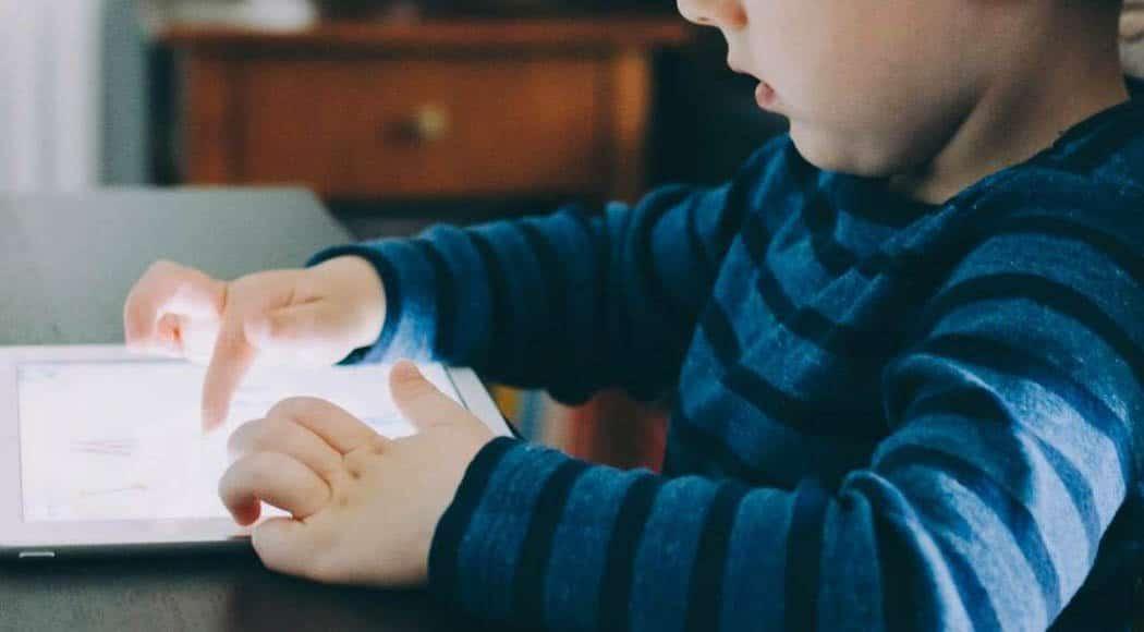 L' importanza dell'educazione digitale bimbo piccolo