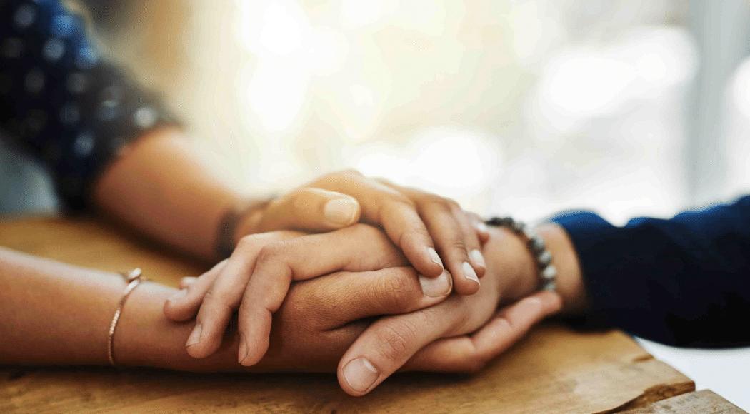 Usiamo la gentilezza, anche online mani